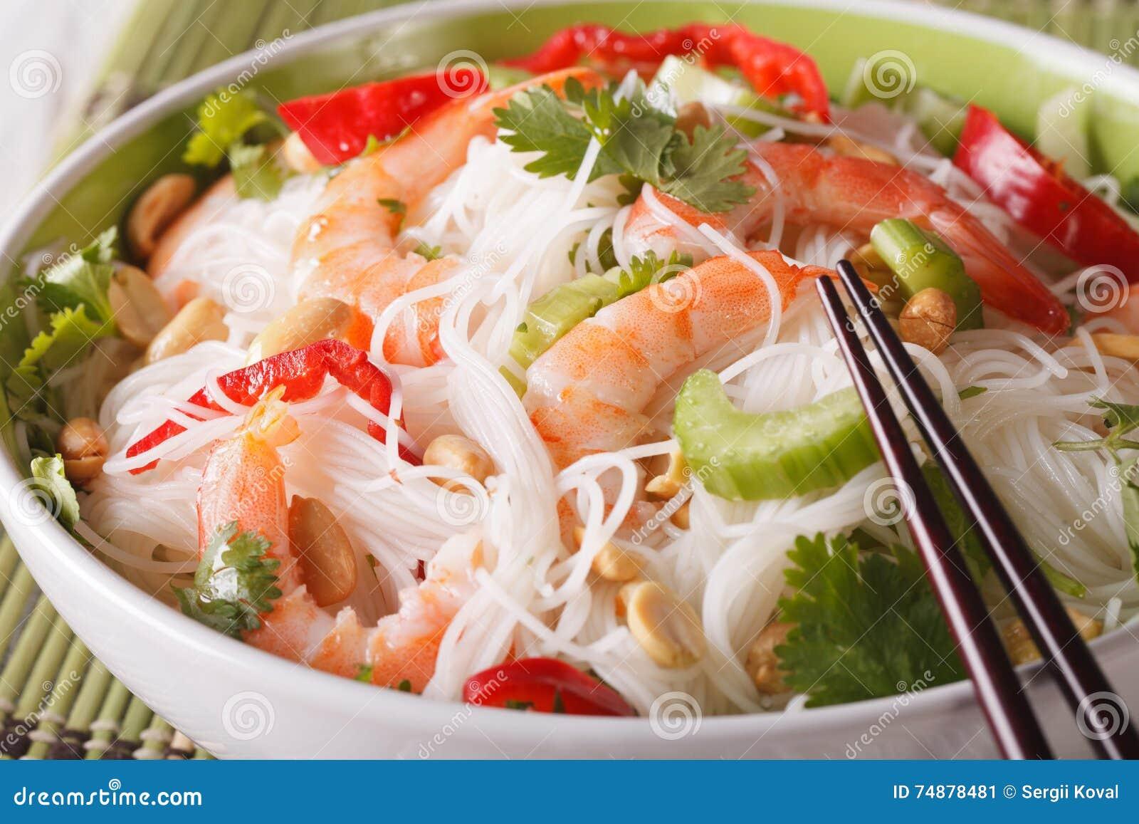 Senador tailandês do woon do  batata doce  da salada com macro do marisco em uma bacia horizontal