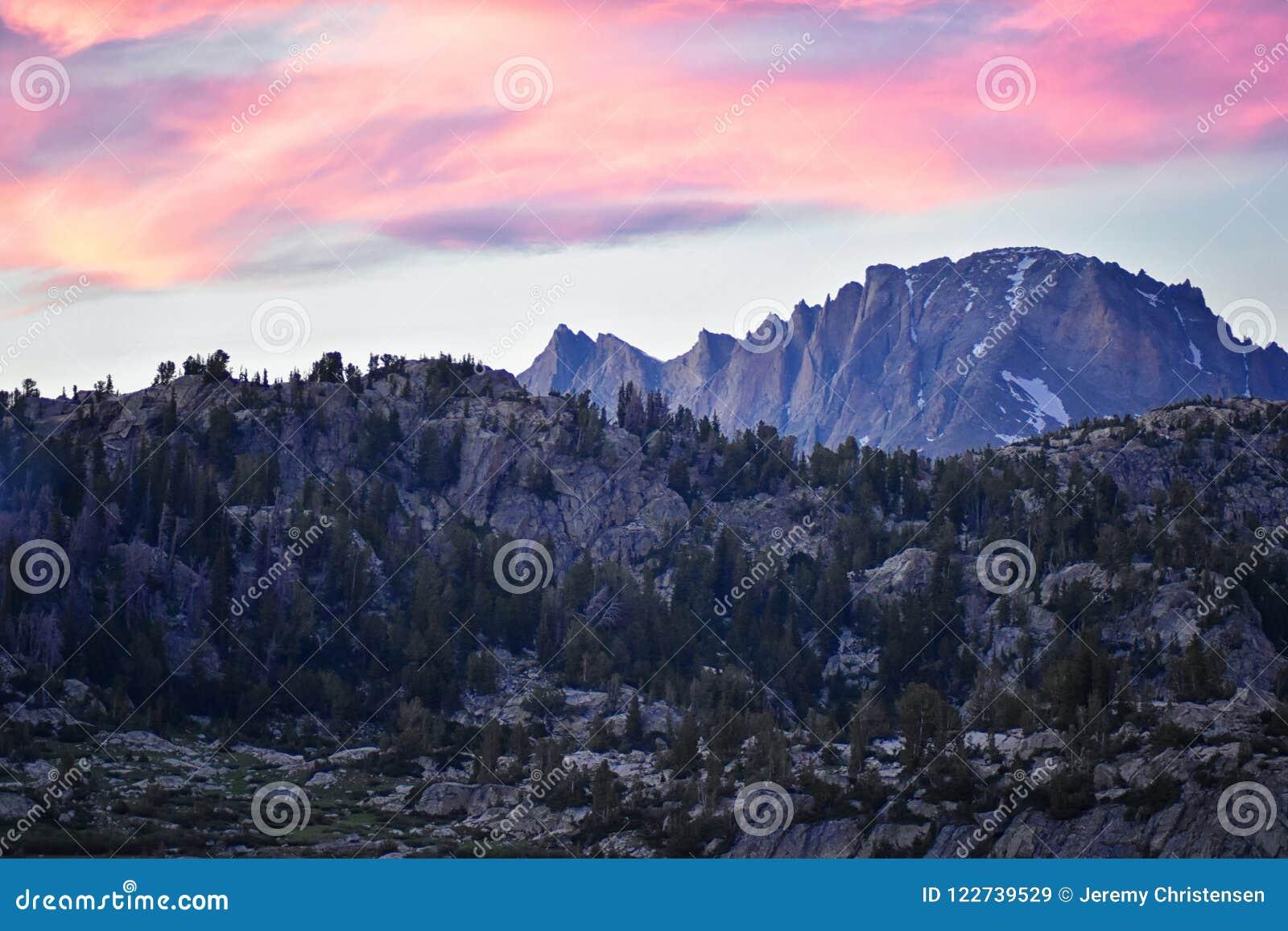 Seneca Lake i det Wind River området, Rocky Mountains, Wyoming, sikter från fotvandring som fotvandrar slingan till den Titcomb h