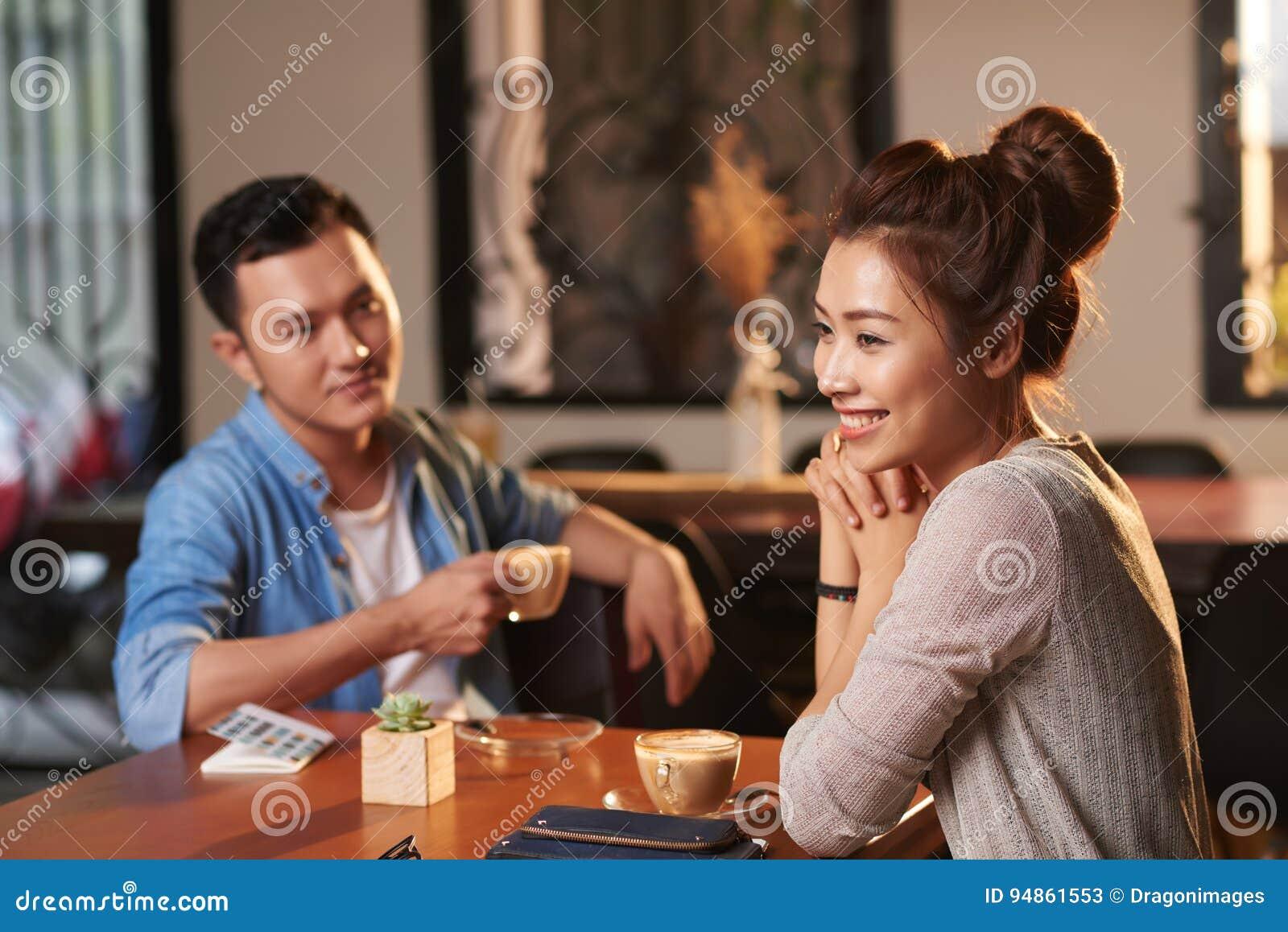 Senhora asiática bonita no café