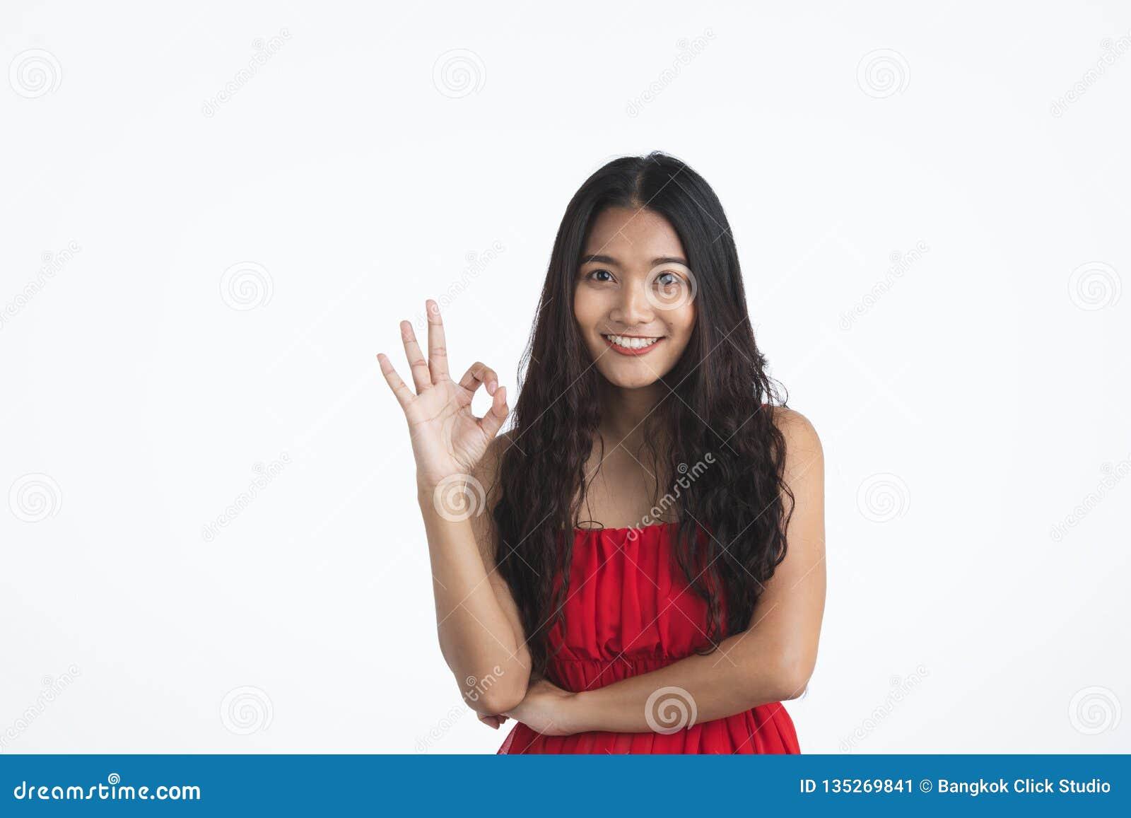 Senhora bonita nova asiática no vestido vermelho