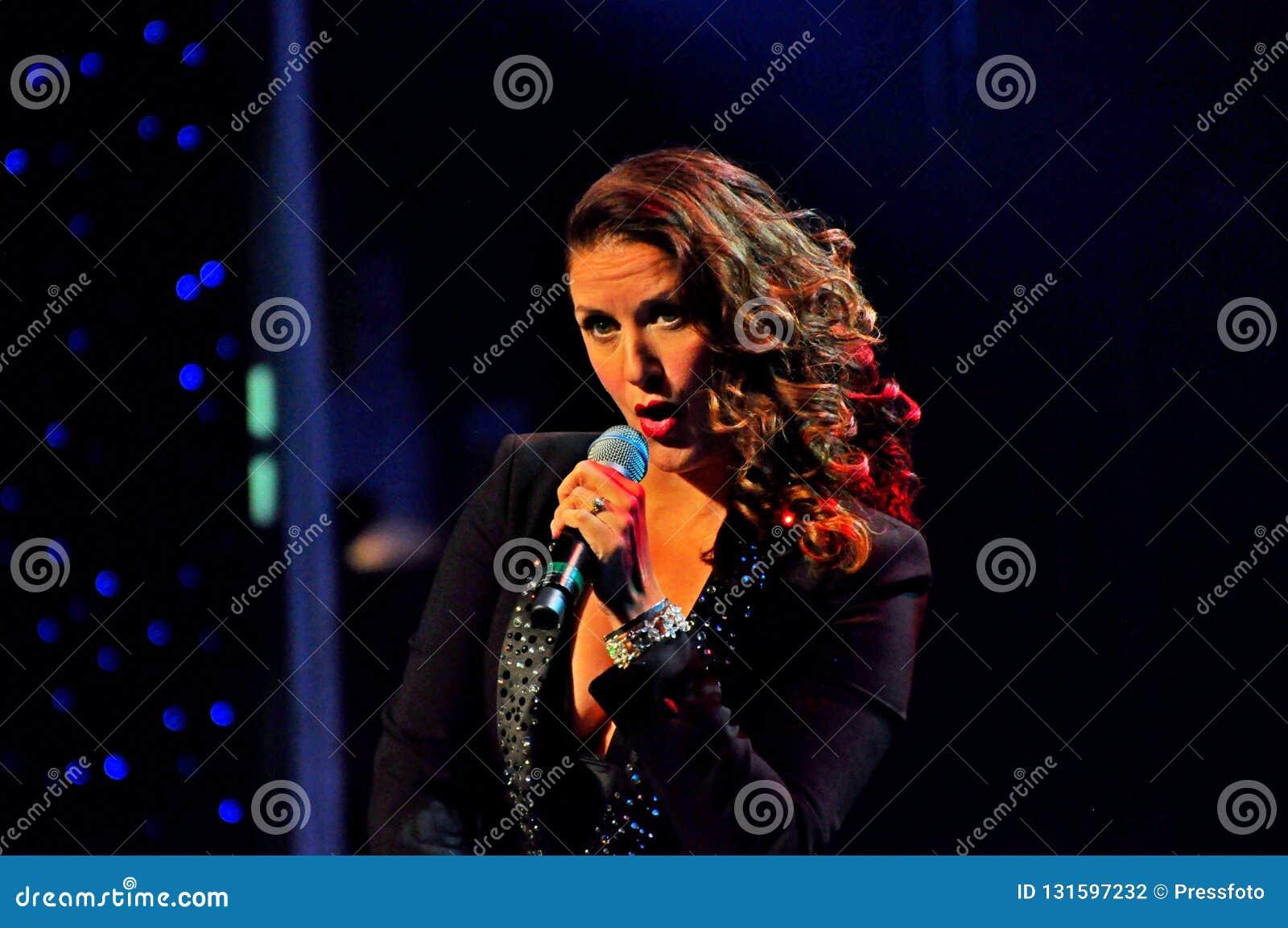 Senhora bonita que canta