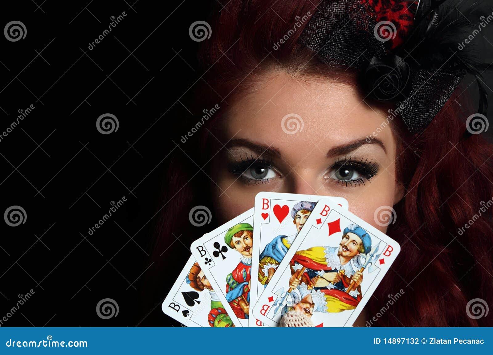 Senhora com cartões de jogo