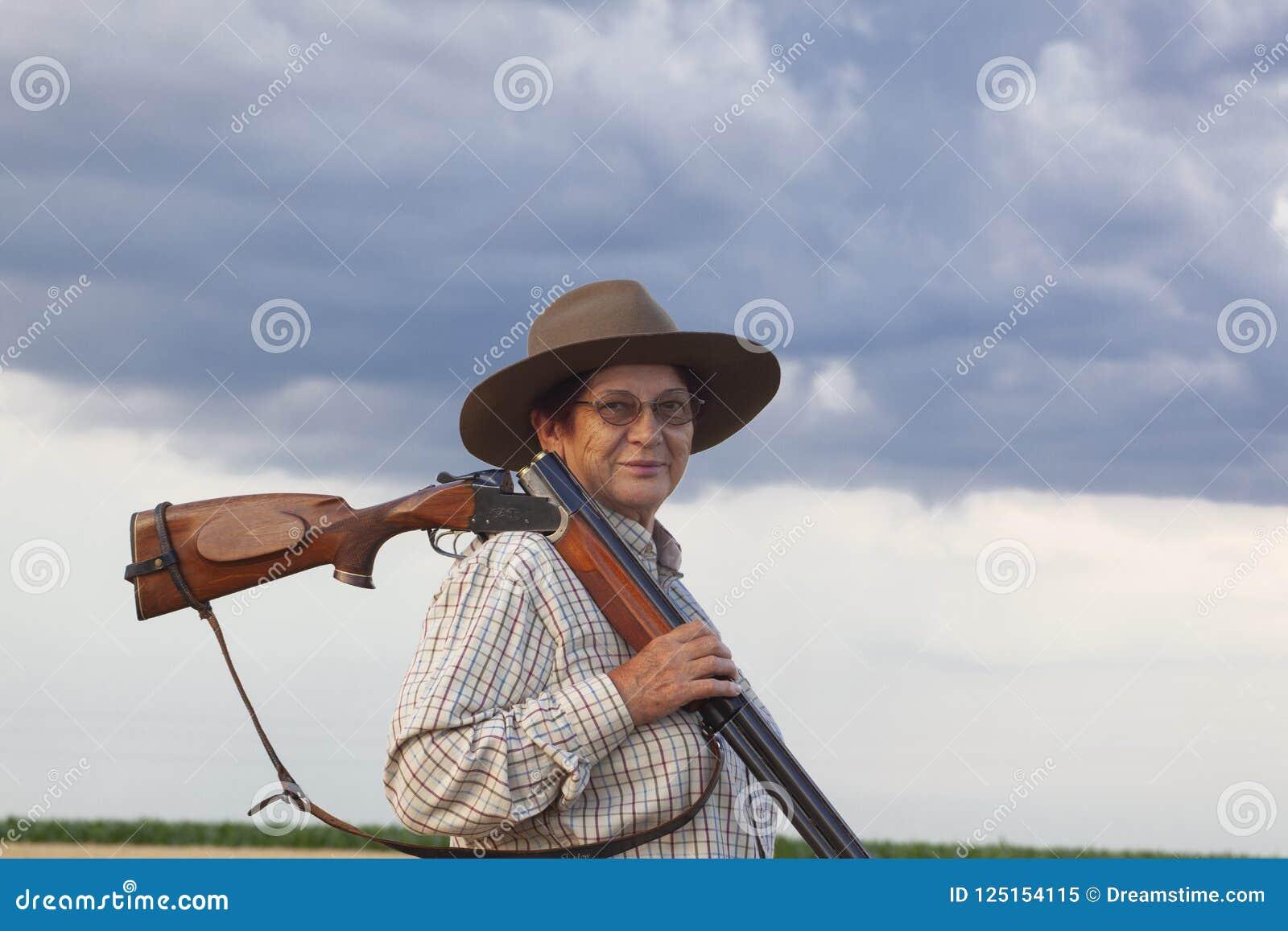 Senhora com o shootgun pronto para a caça com shootgun