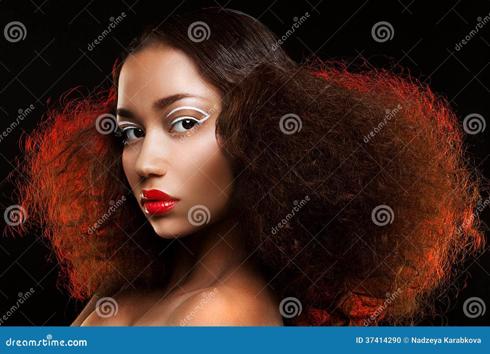 Senhora com penteado bonito e composição incomum