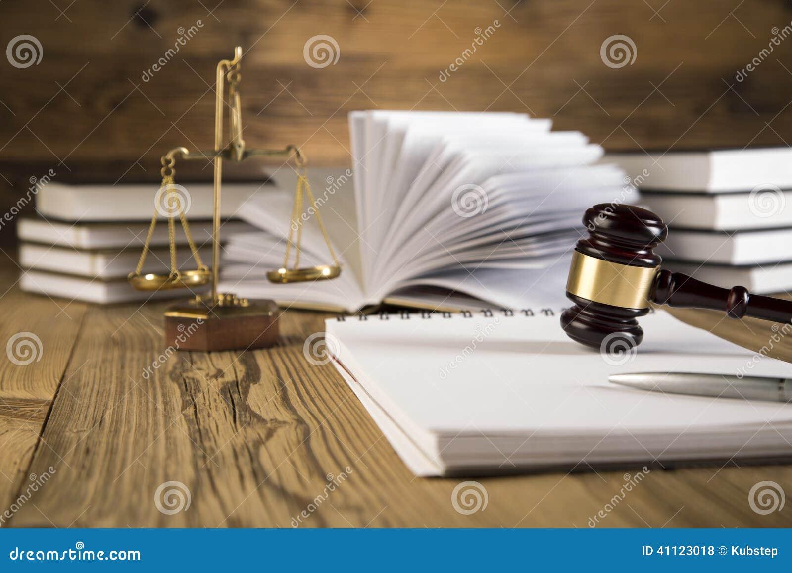Senhora de justiça, martelo e livros de madeira & do ouro
