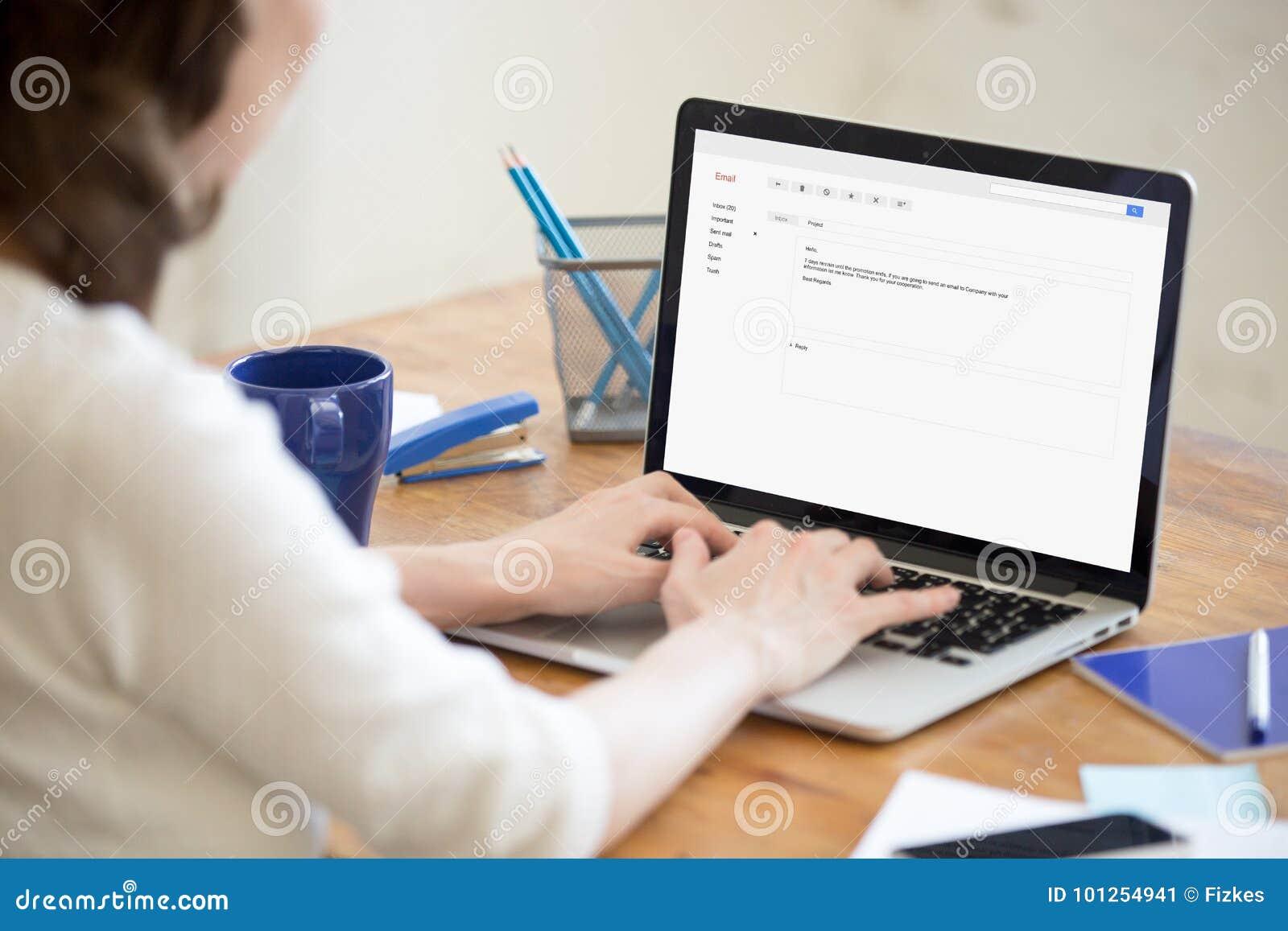 Senhora do negócio na resposta de datilografia do escritório ao email incorporado