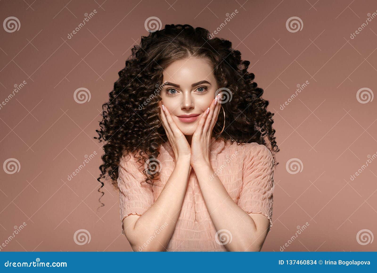 Senhora do penteado da mulher do cabelo encaracolado com cabelo moreno longo