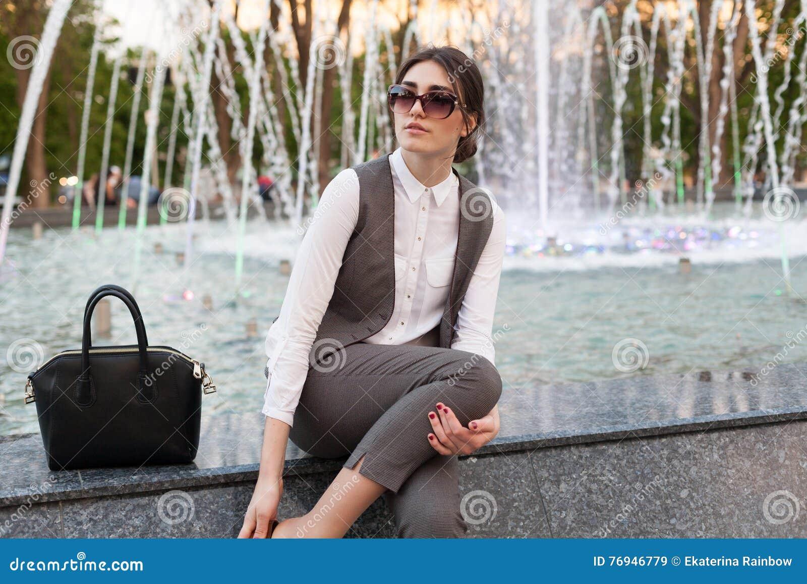Senhora em um terno de negócio, bolsa