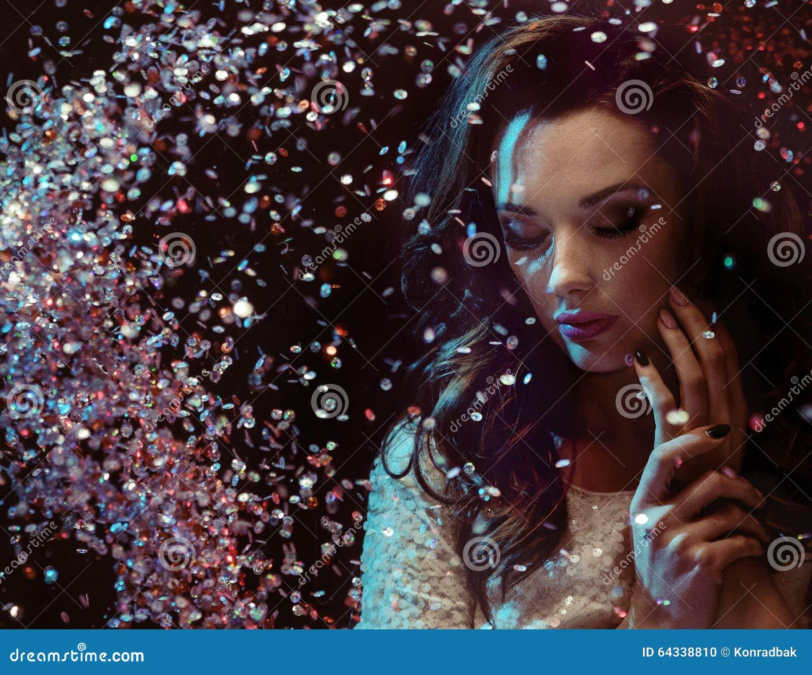 Senhora esperta com seus diamantes bonitos