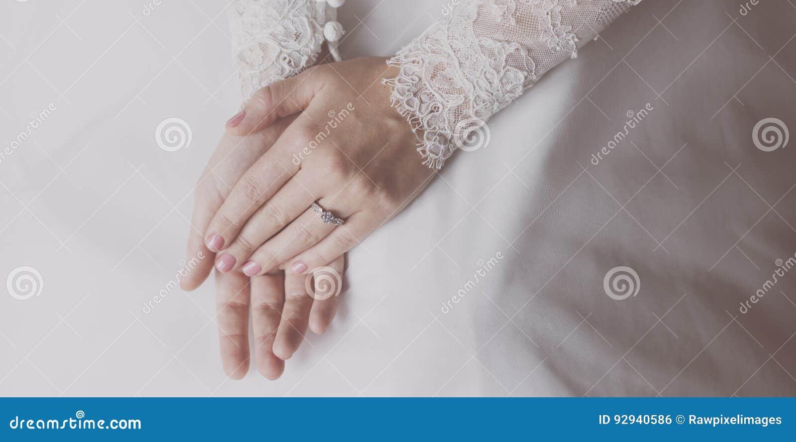 Senhora Hands Ring Wedding da noiva
