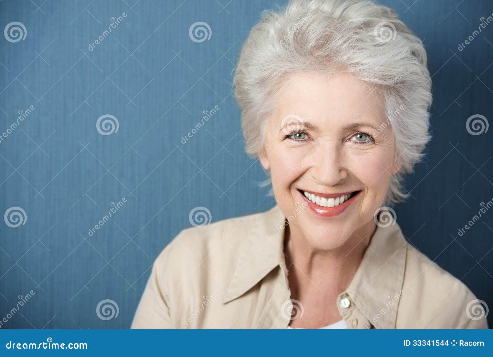 Senhora idosa bonita com um sorriso vívido
