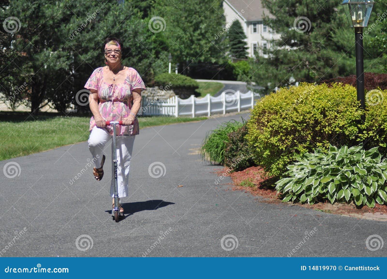 Senhora idosa engraçada