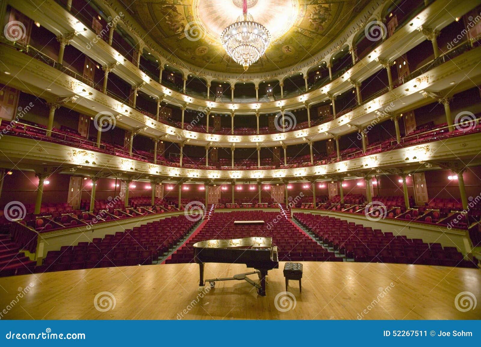 A senhora idosa grande do ½ do ¿ do ï da rua larga, ½ do ¿ do ï uns 1857 construiu a fase de Opera com o piano de cauda na empres