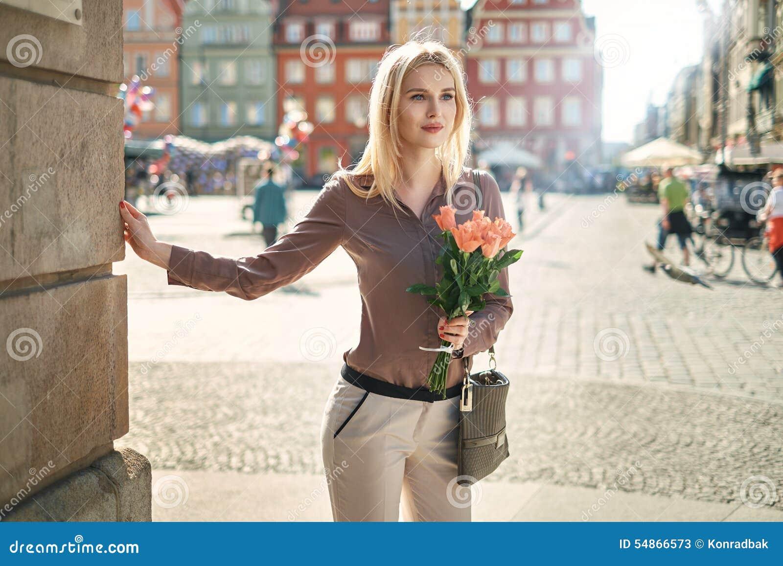 Senhora loura que espera sua data