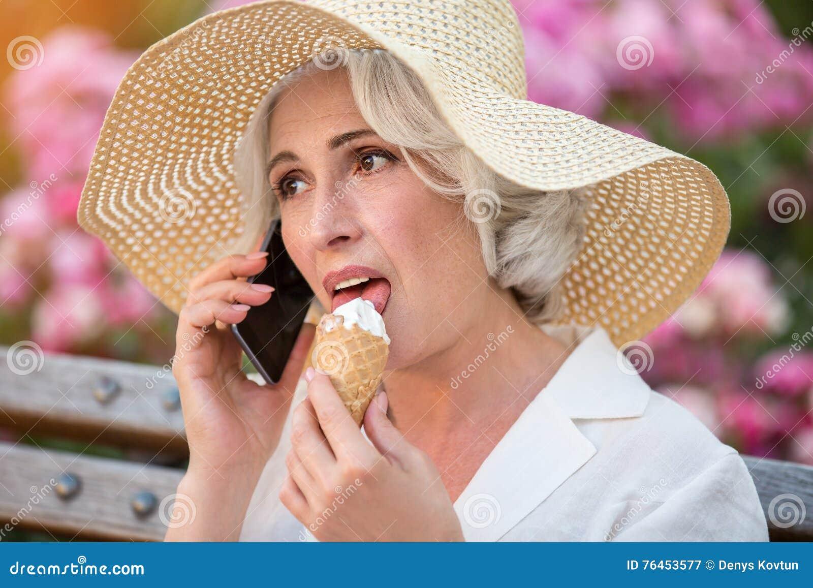Senhora madura com telefone celular