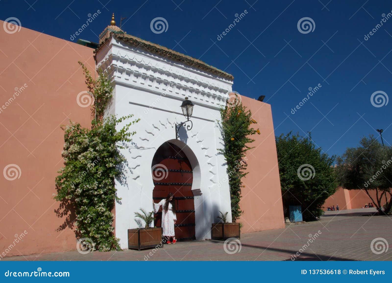 Senhora no levantamento branco em uma entrada marroquina