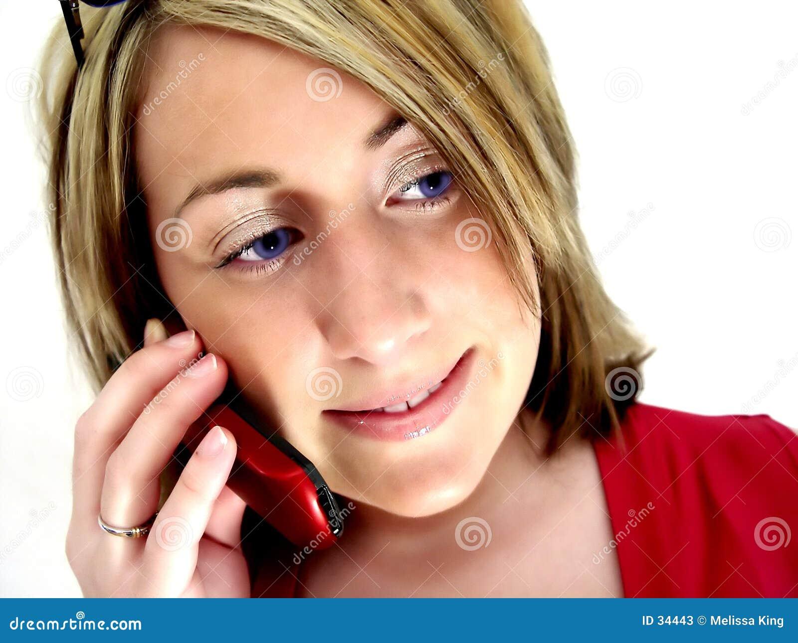 Senhora no telefone de pilha