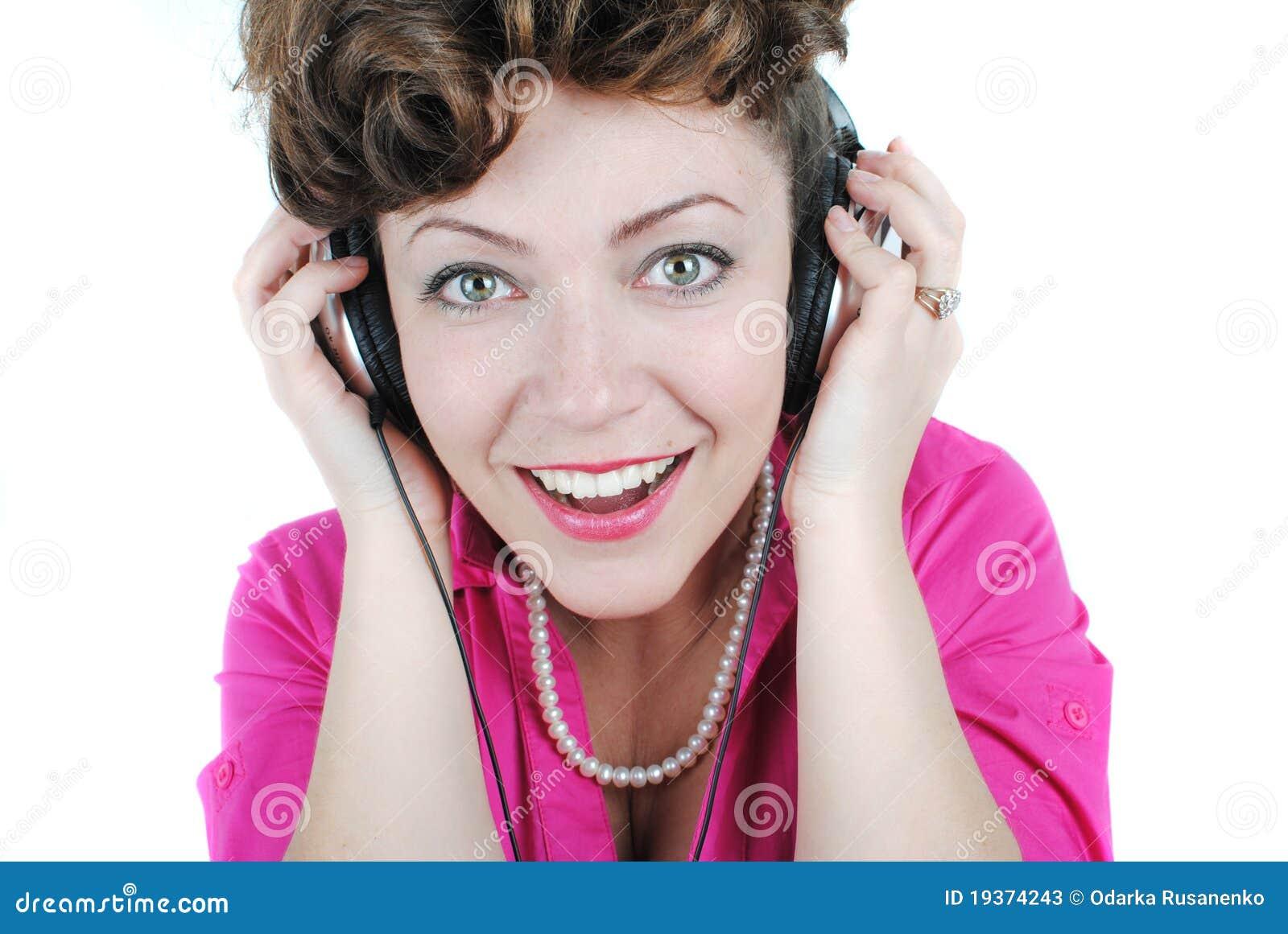 Senhora nova que escuta a música