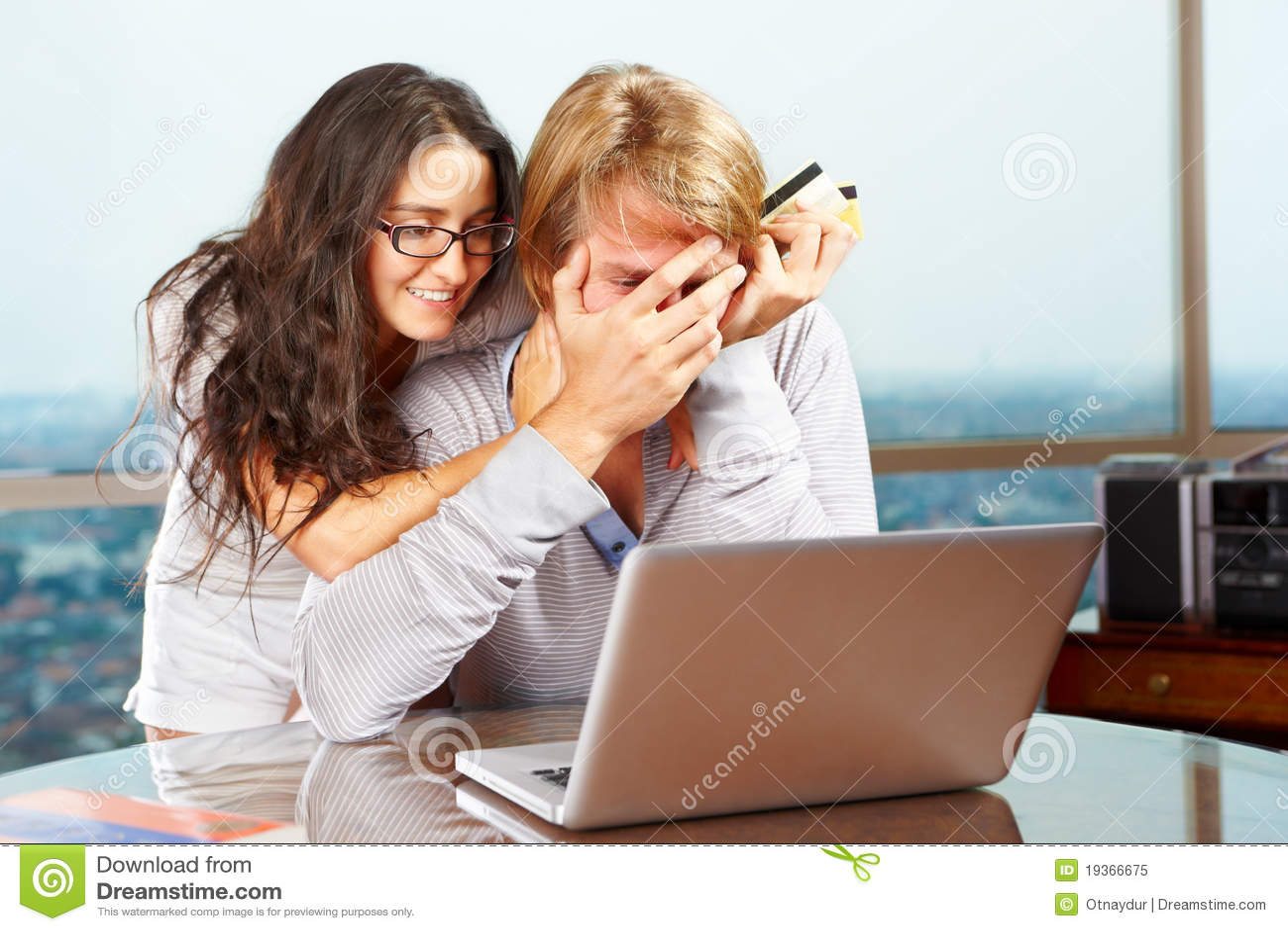 Senhora que tenta cheer acima seu esposo