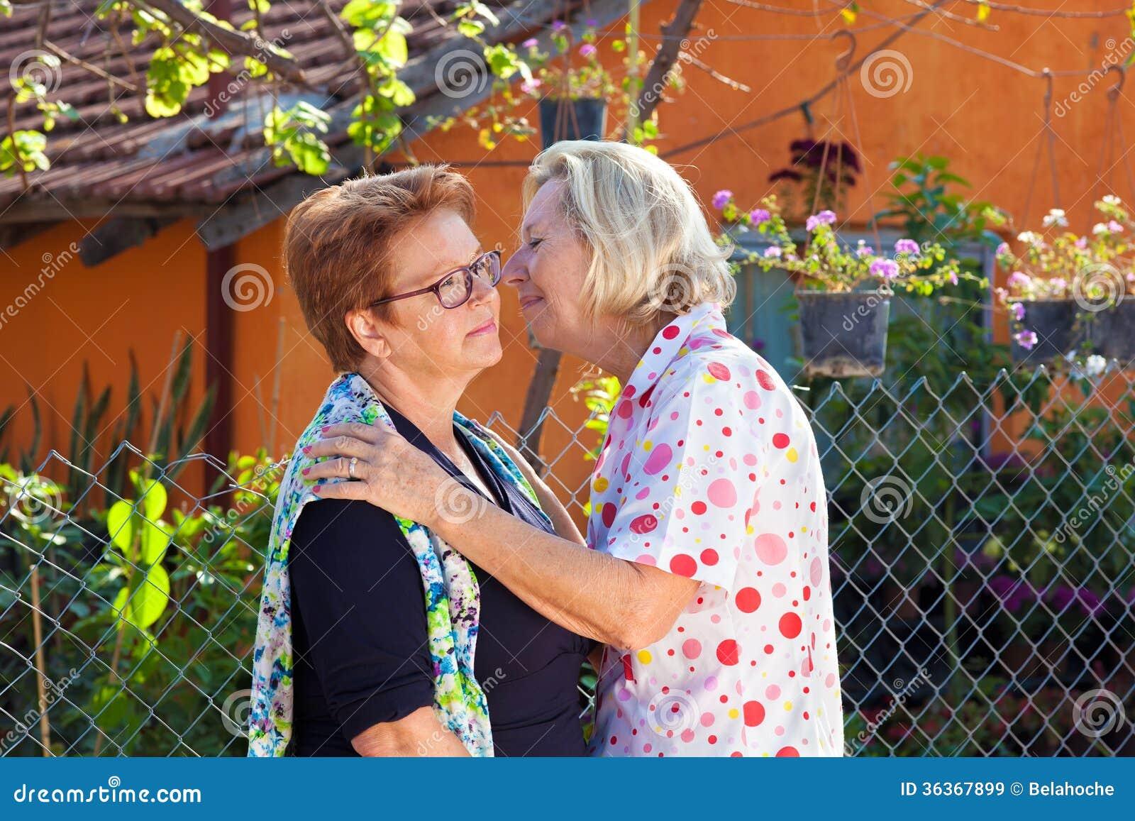 Senhoras idosas que cumprimentam-se
