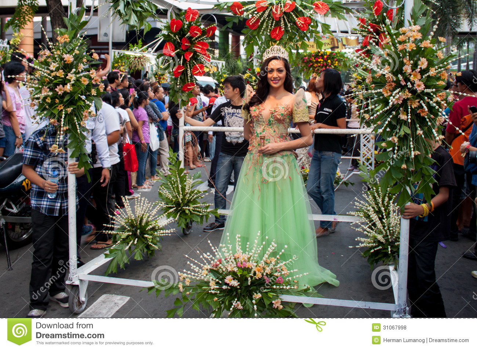 A senhorita Philippines, Binibining Pilipinas junta-se a Santacruzan em Manila
