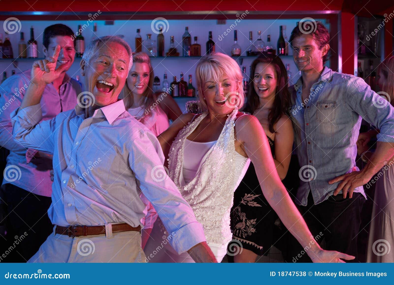 Семейная пара на вечеринке 5 фотография