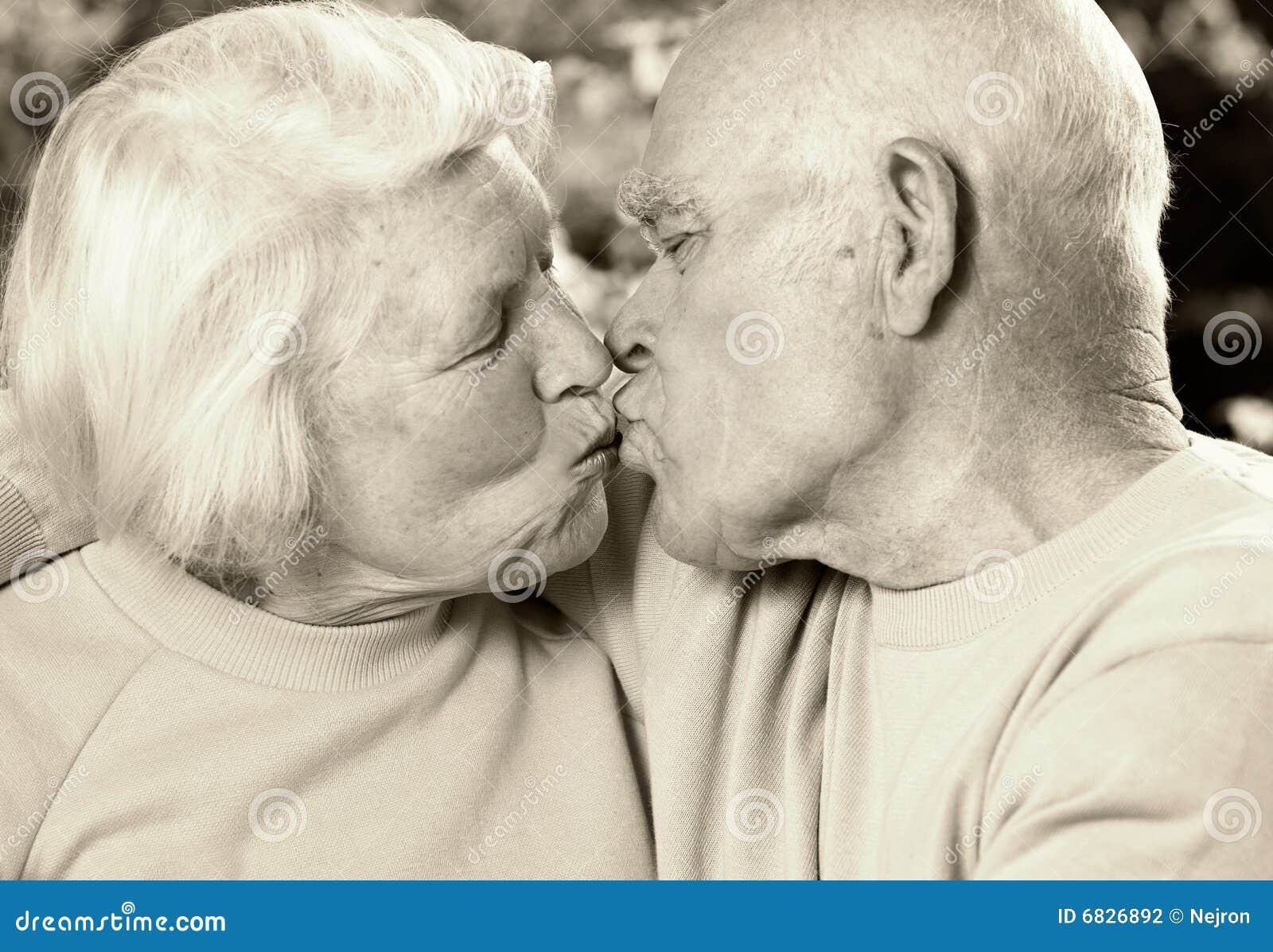 Старик ебет проститутку, Старик и молодая шлюха -видео. Смотреть Старик 26 фотография
