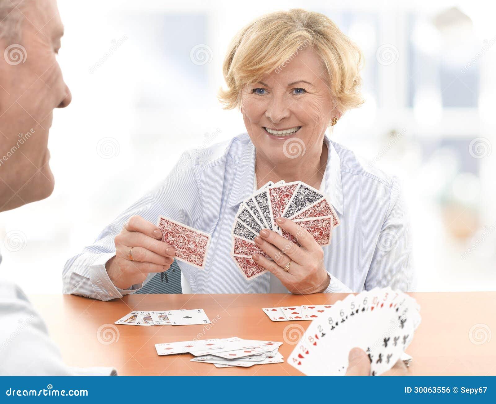 Семейные пары играют в карты 4 фотография