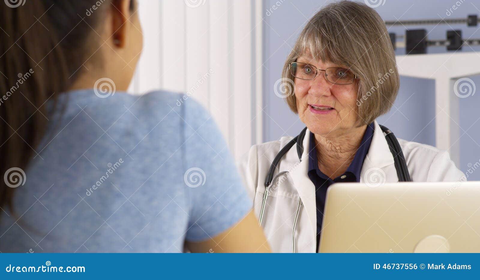 Senior kobiety doktorski ordynacyjny Latynoski pacjent