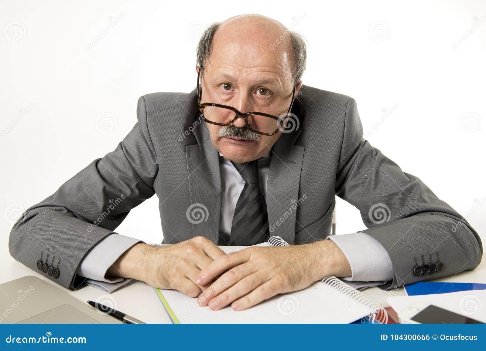 Seniora dojrzały ruchliwie biznesowy mężczyzna z łysą głową na jego 60s pracować stresuję się i udaremniam przy biurowego kompute