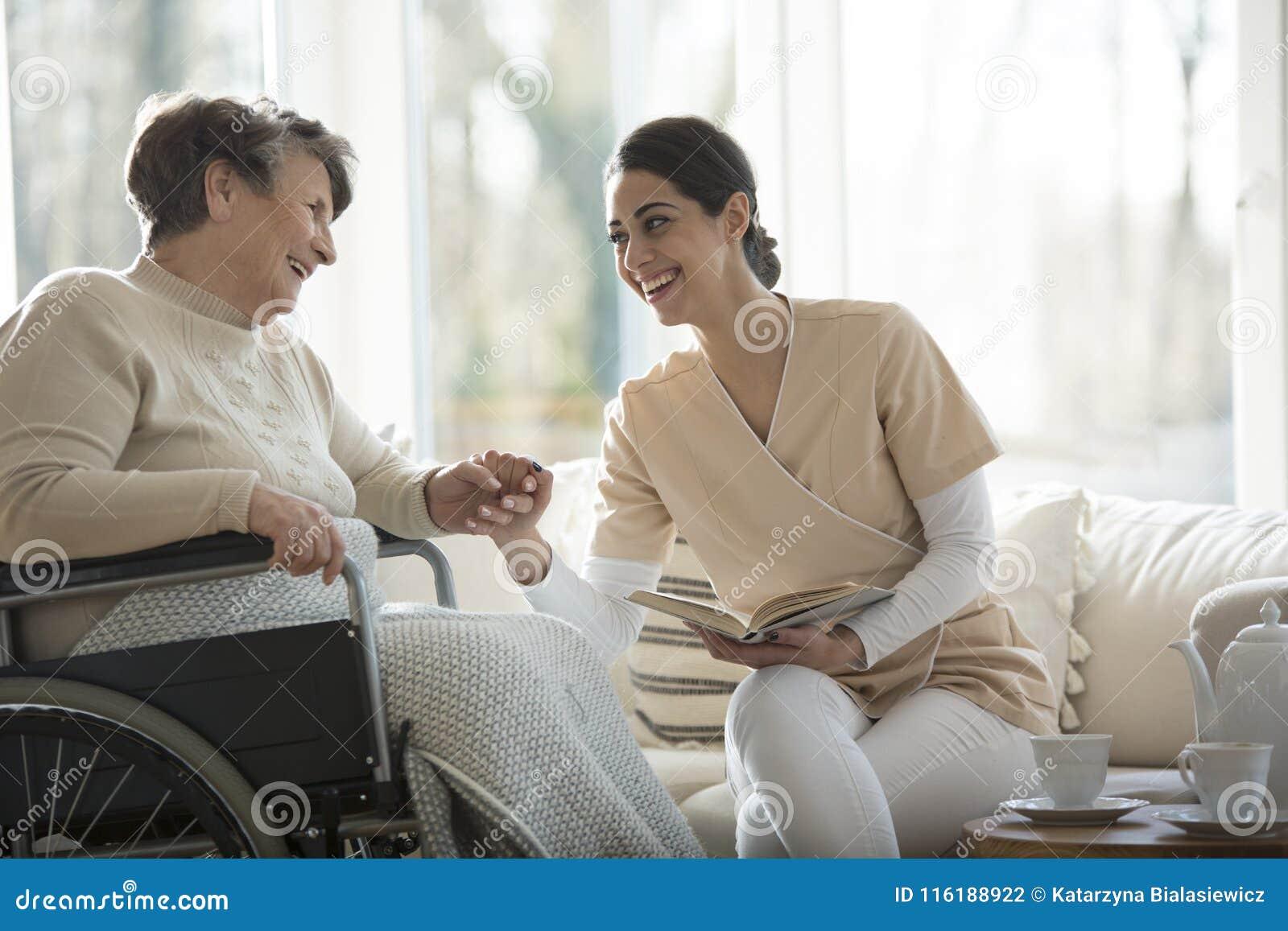 Seniora i pielęgniarki ono uśmiecha się