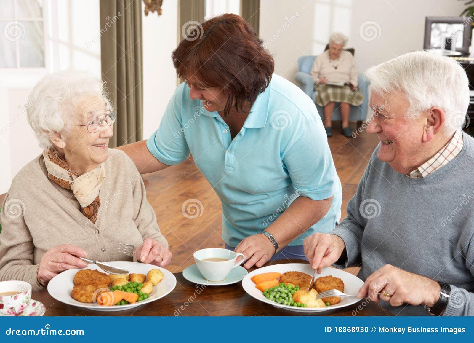 Seniorem być opiekunu pary posiłku słuzyć
