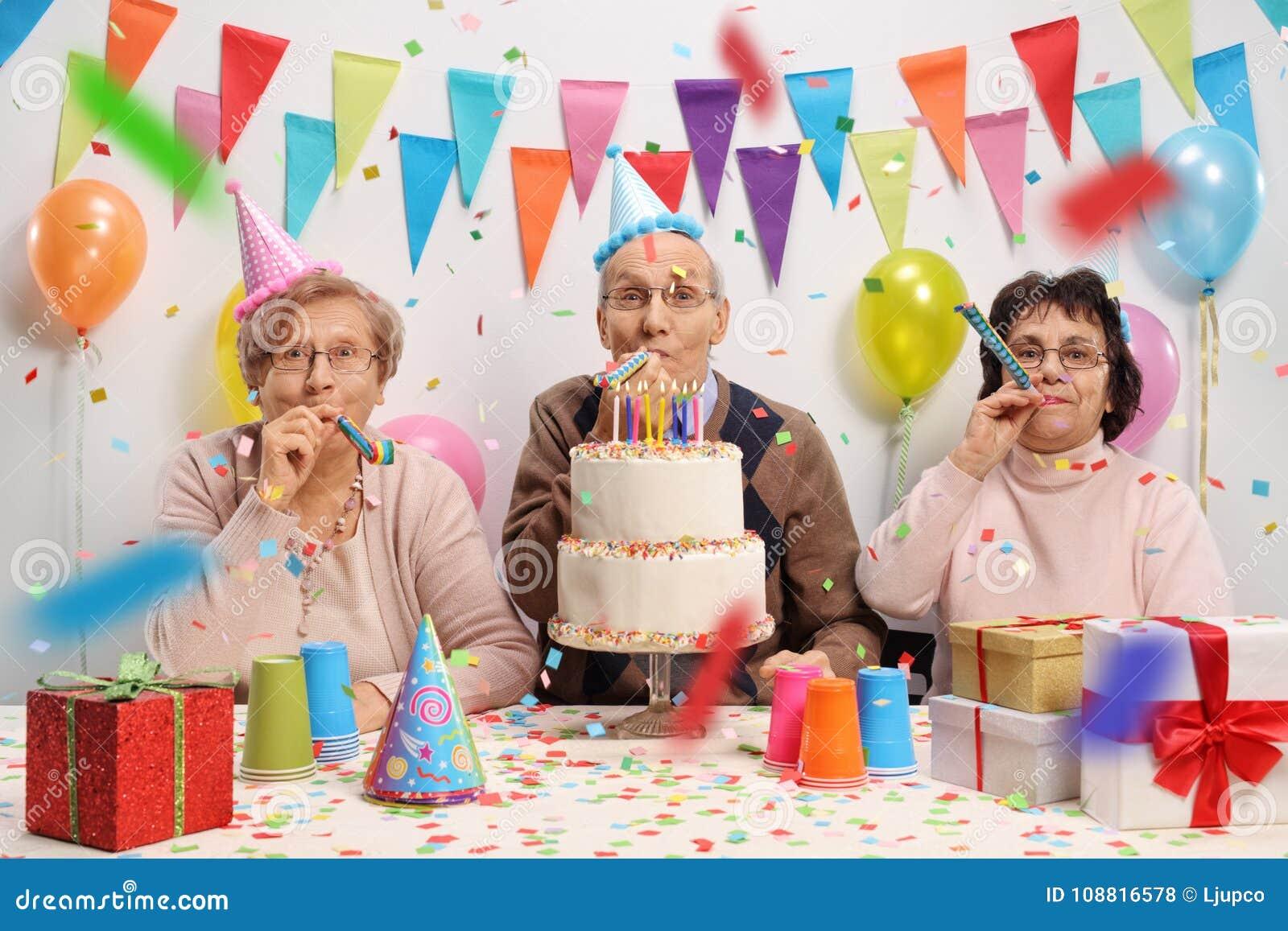 Senioren Die Einen Geburtstag Feiern Stockfoto Bild Von
