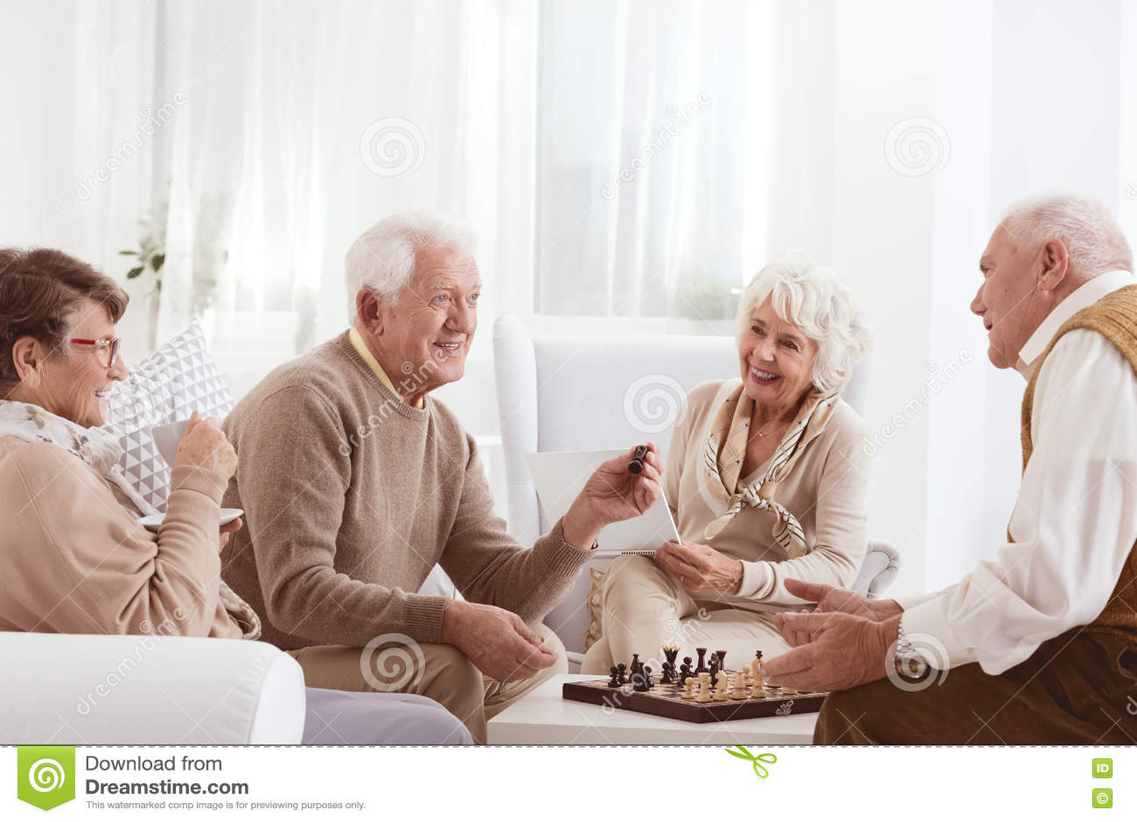 Seniory bawić się szachy