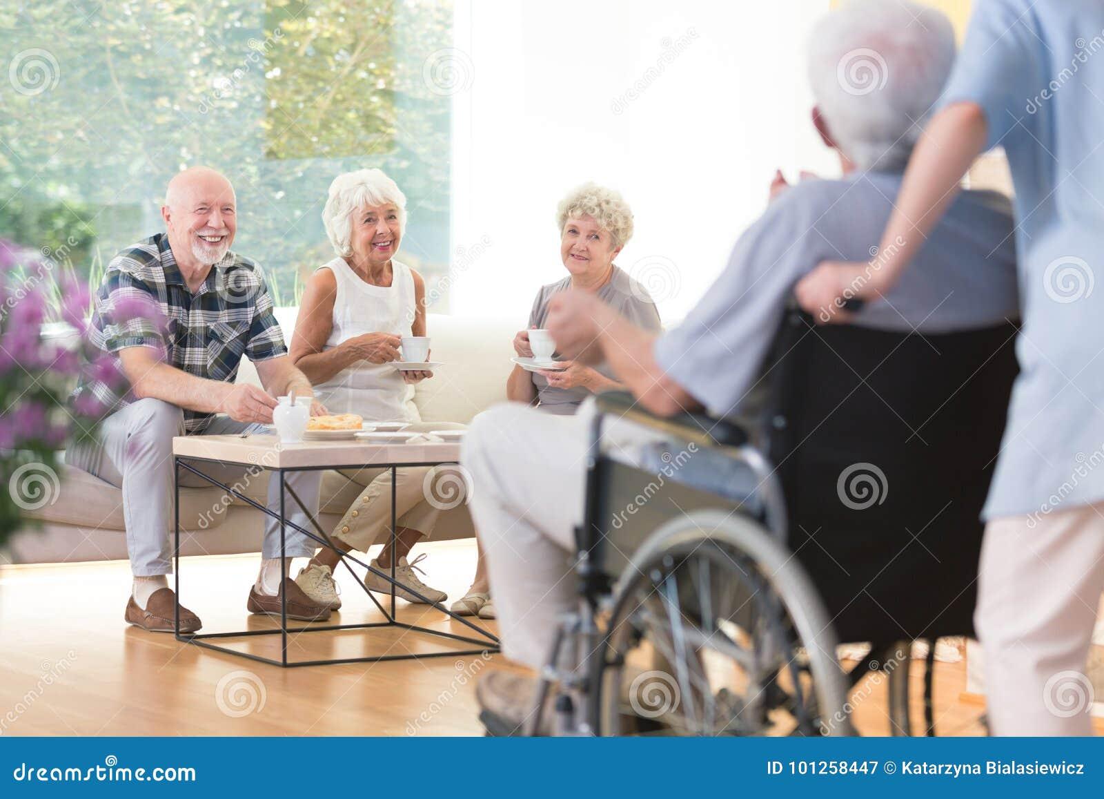 Seniory odwiedza ich przyjaciela