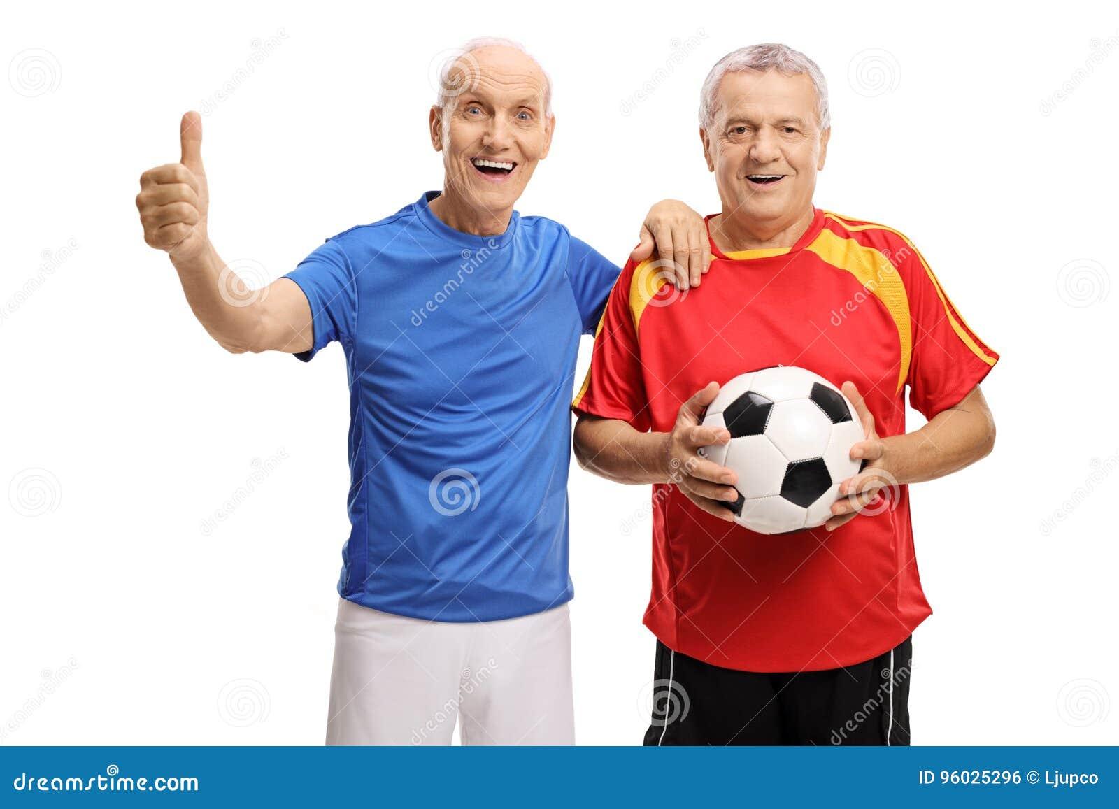 Seniory z futbolem i kciukiem up gestykulują