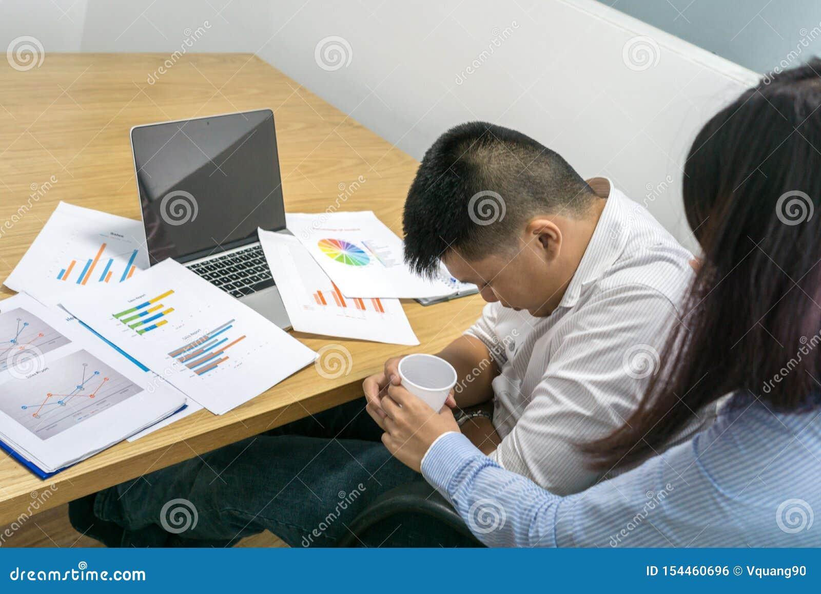A sensação asiática do homem de negócios feriu no escritório
