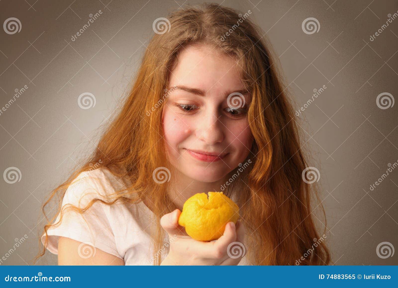 Sensação da menina ácida após o limão do teste