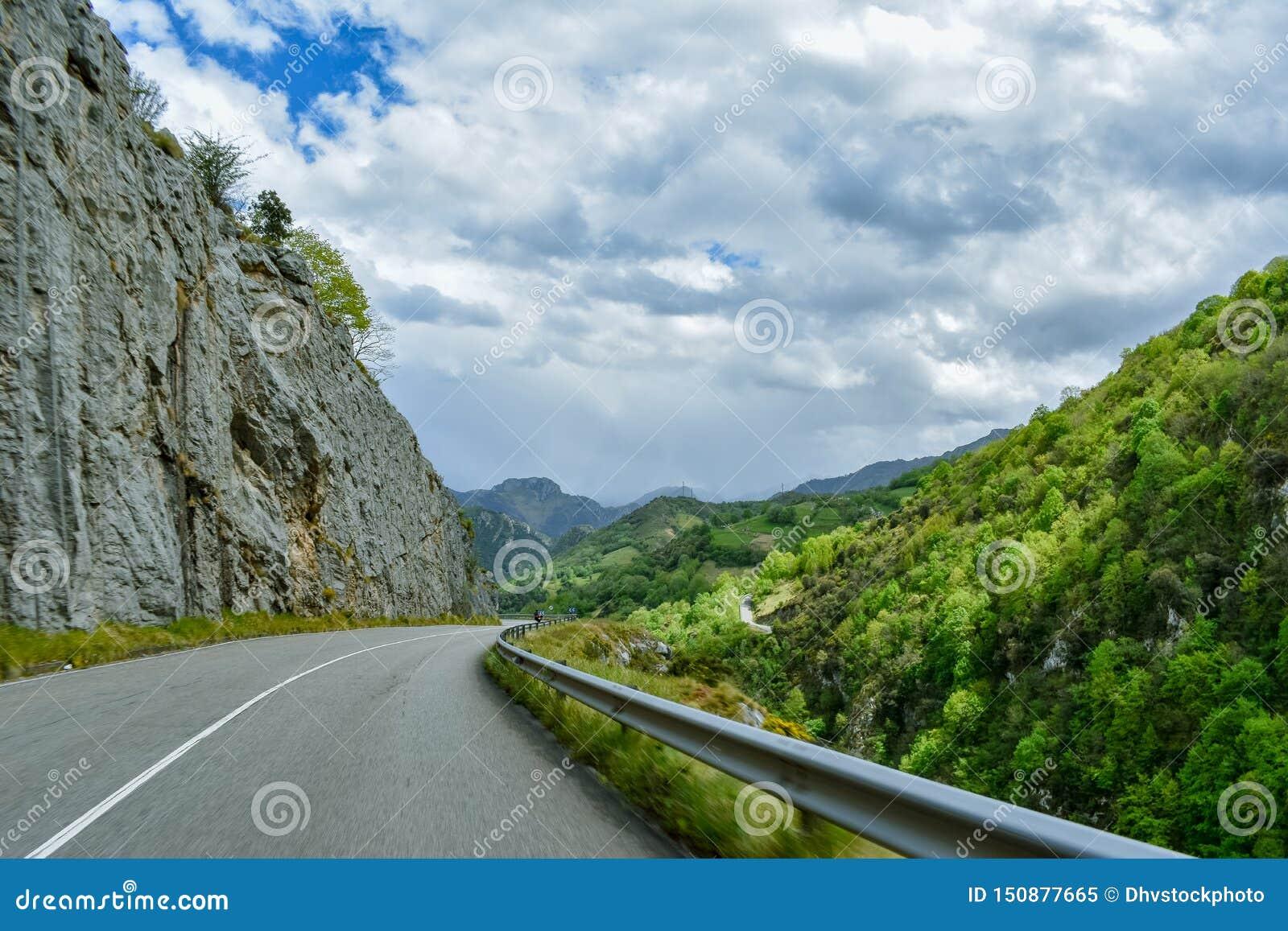 Sensación en un camino de la montaña, Asturias de la velocidad del coche