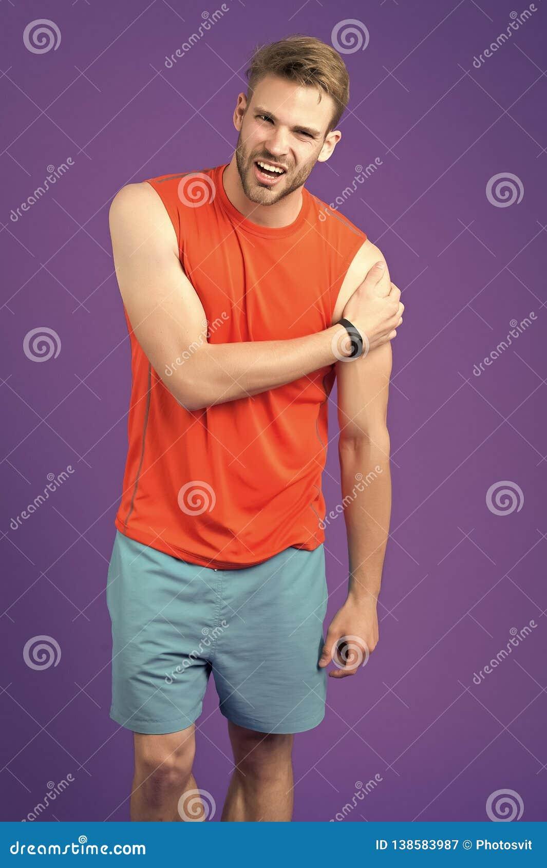 Sensación que dolor otra vez Junta de hombro herida atleta El hombre sufre el fondo crónico de la violeta del dolor del viejo tra