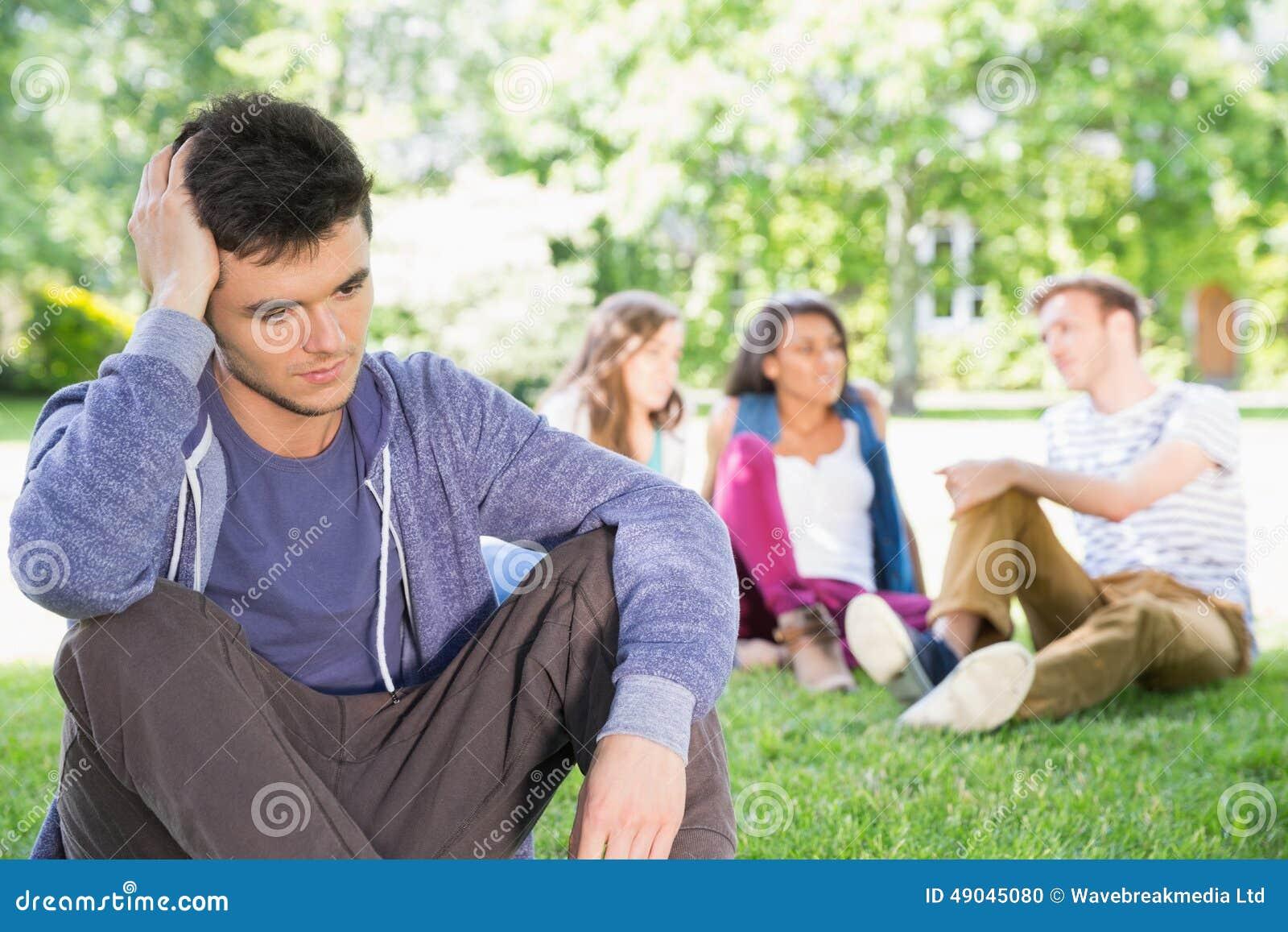 Sensación sola del estudiante excluida en campus