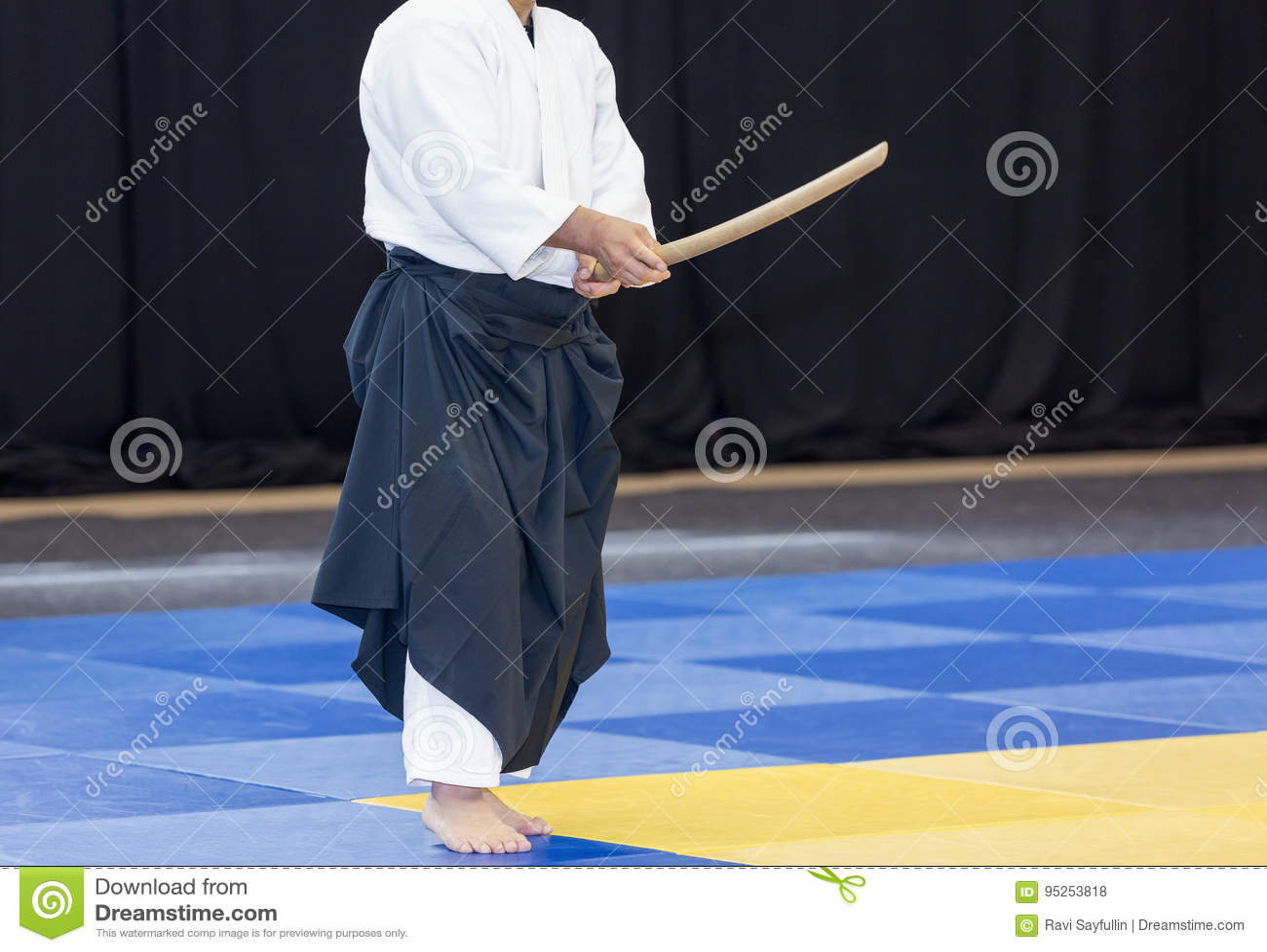 Sensei visar en svärdteknik