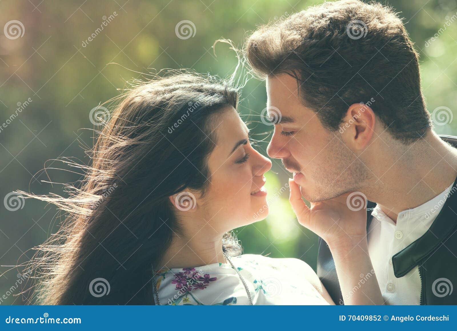 Sensibilità di amore delle coppie Armonia amorosa Primo bacio