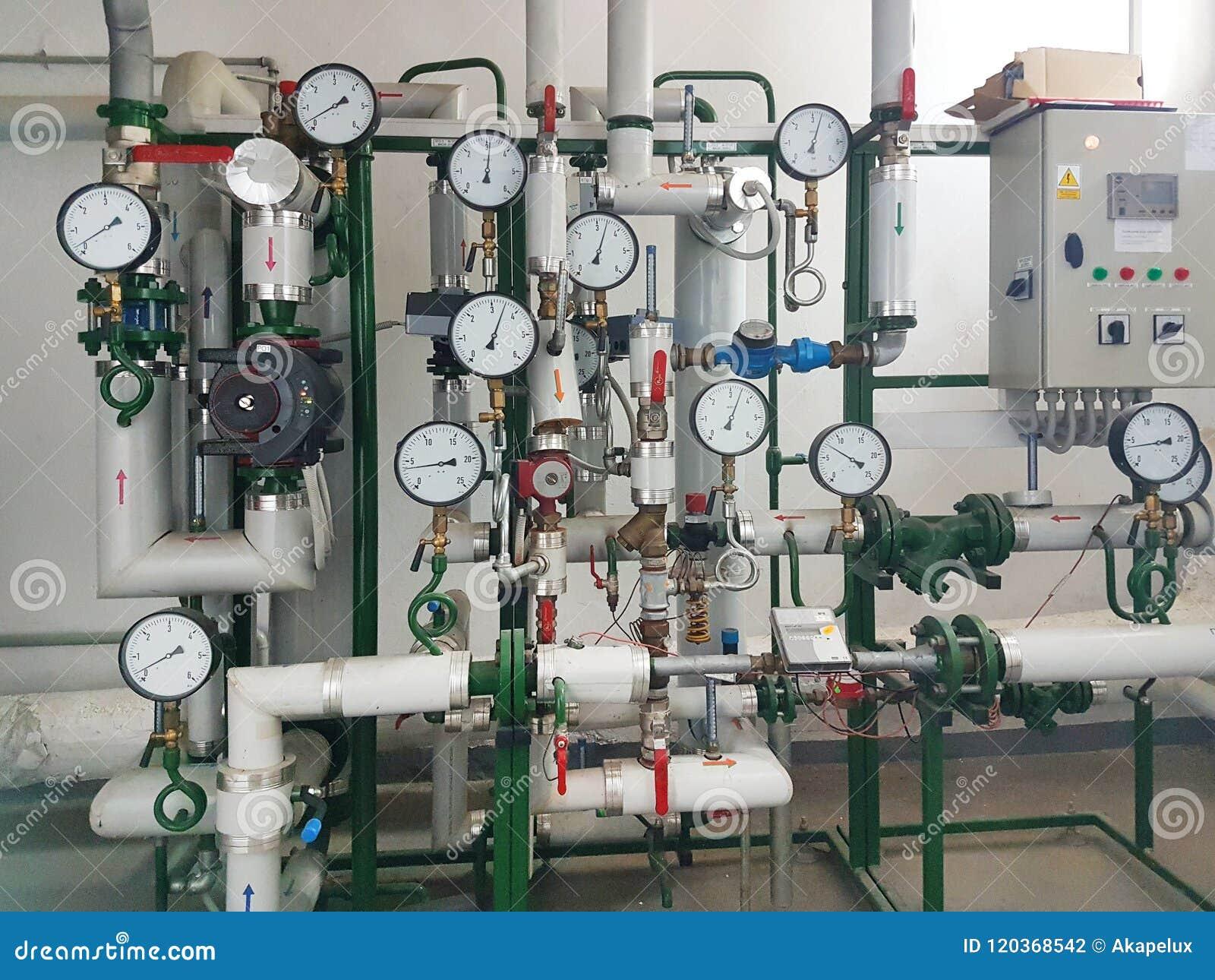 Sensores y dispositivos que indican los parámetros de la agua caliente en el sistema de calefacción de una casa grande Entrelazam