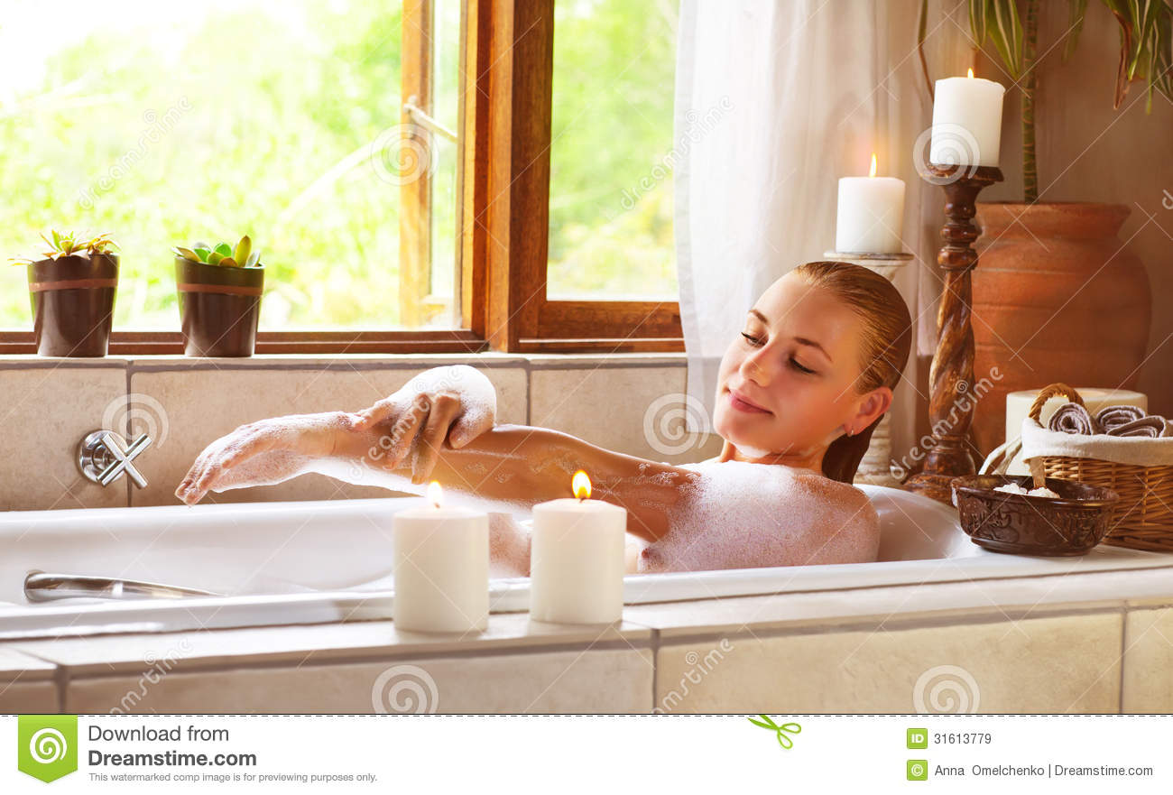 Baño De Tina Para Relajarse:Photo of sensual woman in bathtub relaxed, female in jacuzzi, skincare