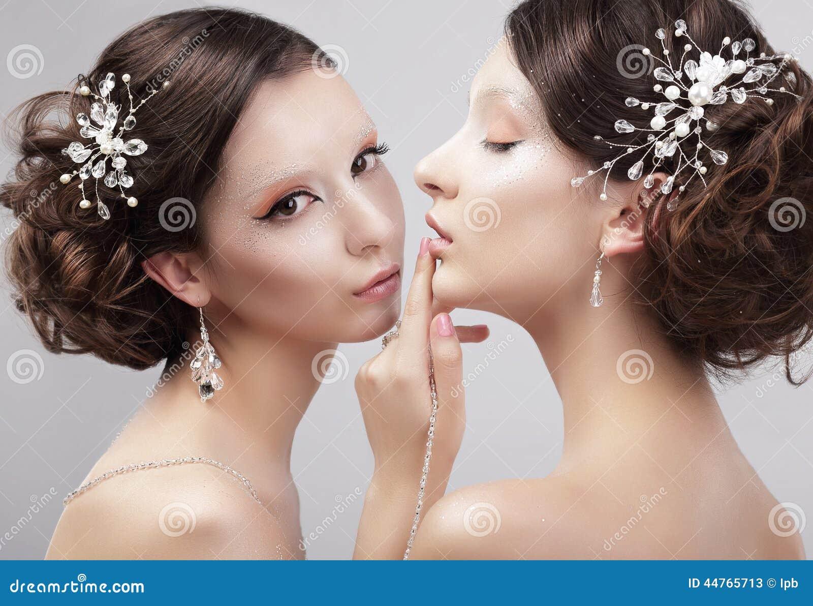 Sensuality Två kvinnamodemodeller med moderiktigt smink