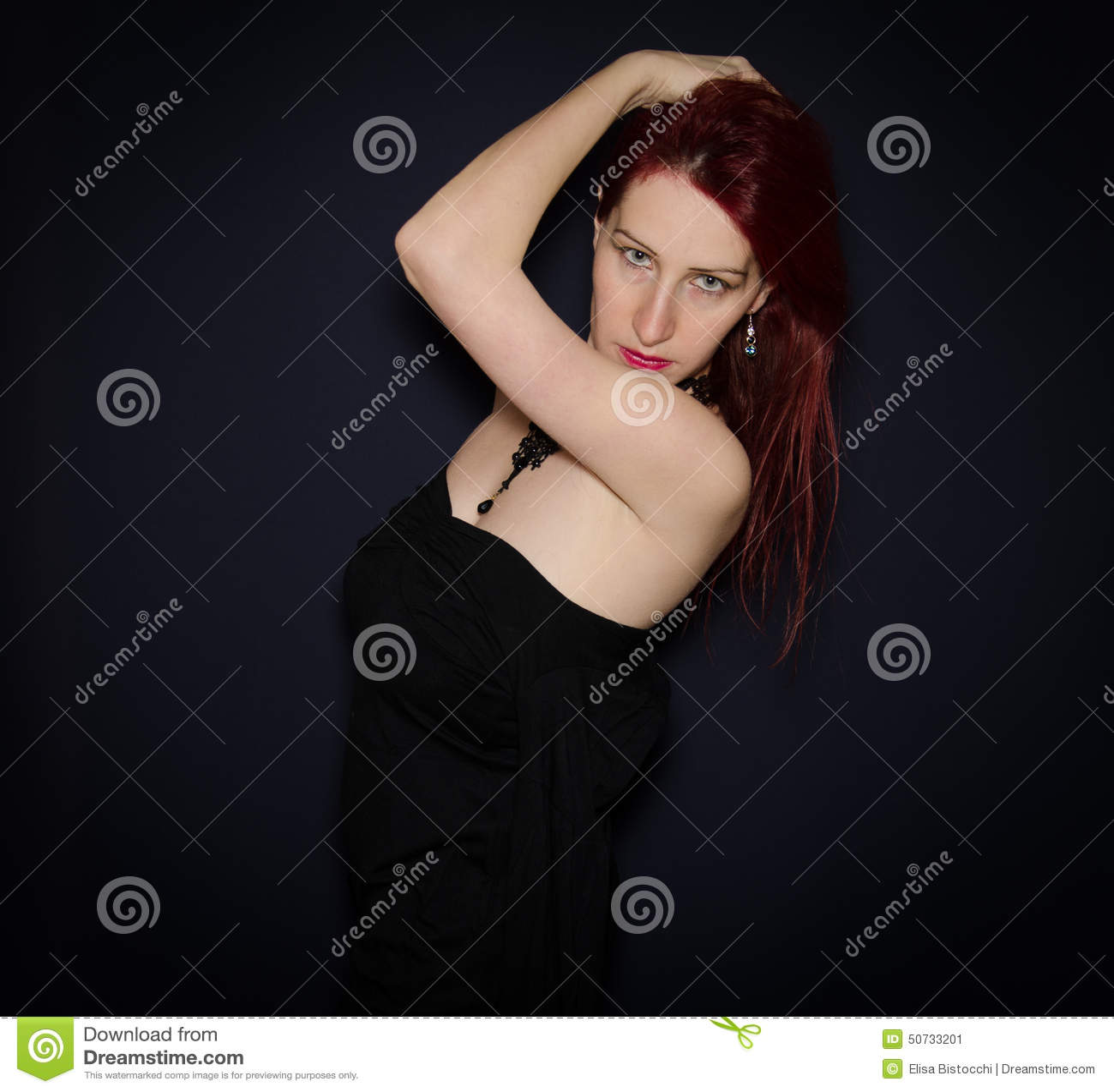 Sensueel die vrouwenportret tegen donkere achtergrond wordt geïsoleerd