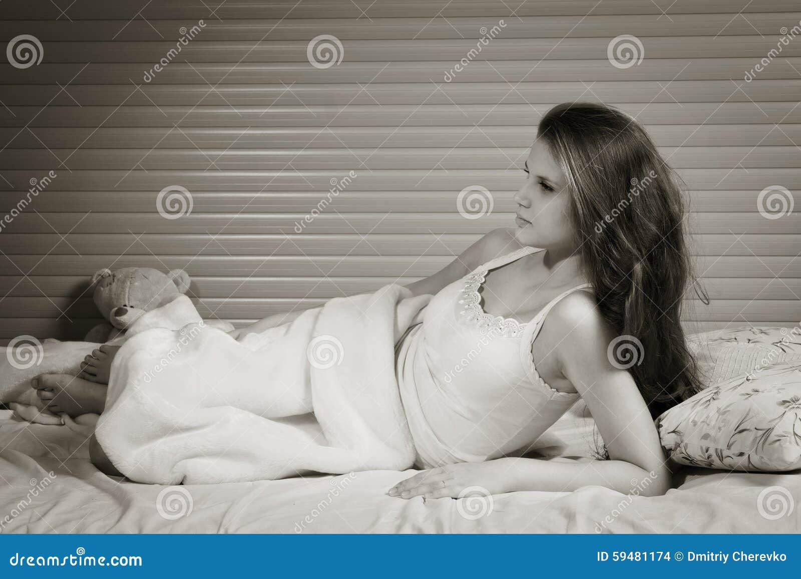 Sensueel meisje in de slaapkamer stock foto afbeelding bestaande
