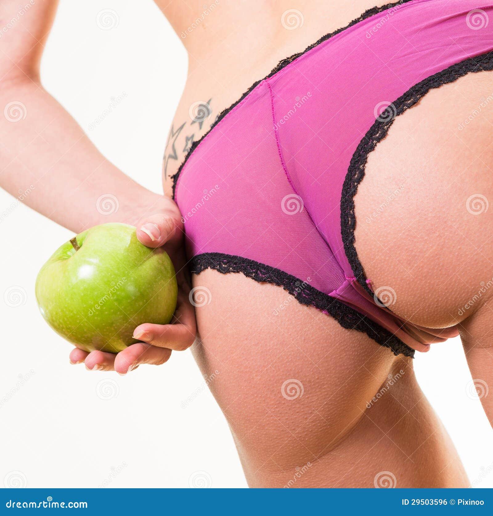 Sensueel wijfje met aardige billen en appel ter beschikking