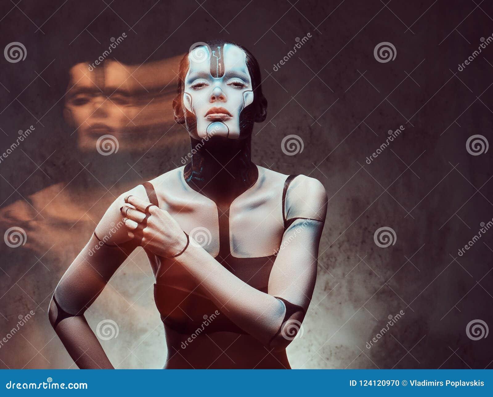 Sensuele cybervrouw met creatieve samenstelling Technologie en toekomstig concept Geïsoleerd op een donkere geweven achtergrond